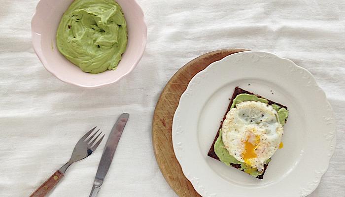 avocado aioli recept toast